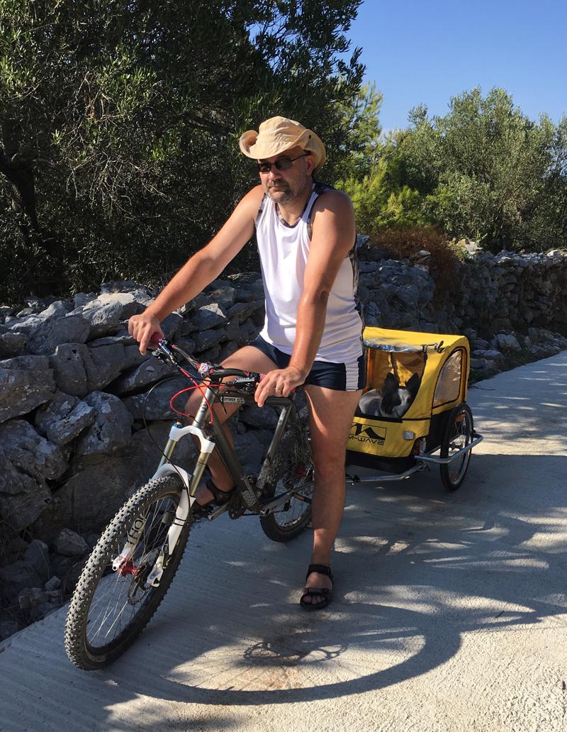 Gunna u prikolici za bicikl